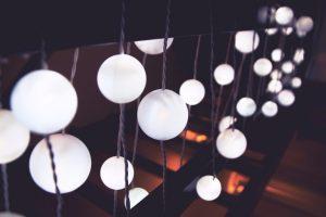luci sospese giardino