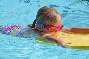 bambina che nuota